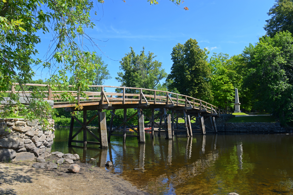 Old North Bridge and Memorial obelisk in Minute Man National Historical Park, Concord, Massachusetts, USA.